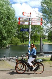 Sybylle op de fiets langs de Maas in Noord-Limburg
