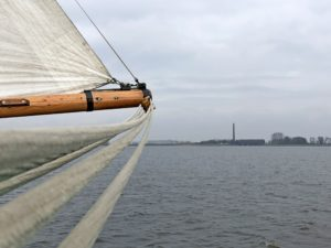 De tjalk Vertrouwen op weg naar het Woudagemaal bij Lemmer, Friesland.