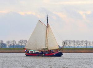 De tjalk Vertrouwen onderweg naar het IJsselmeer