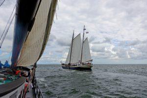 Zeilen over de Waddenzee met historische zeilboten. Foto Sybylle Kroon