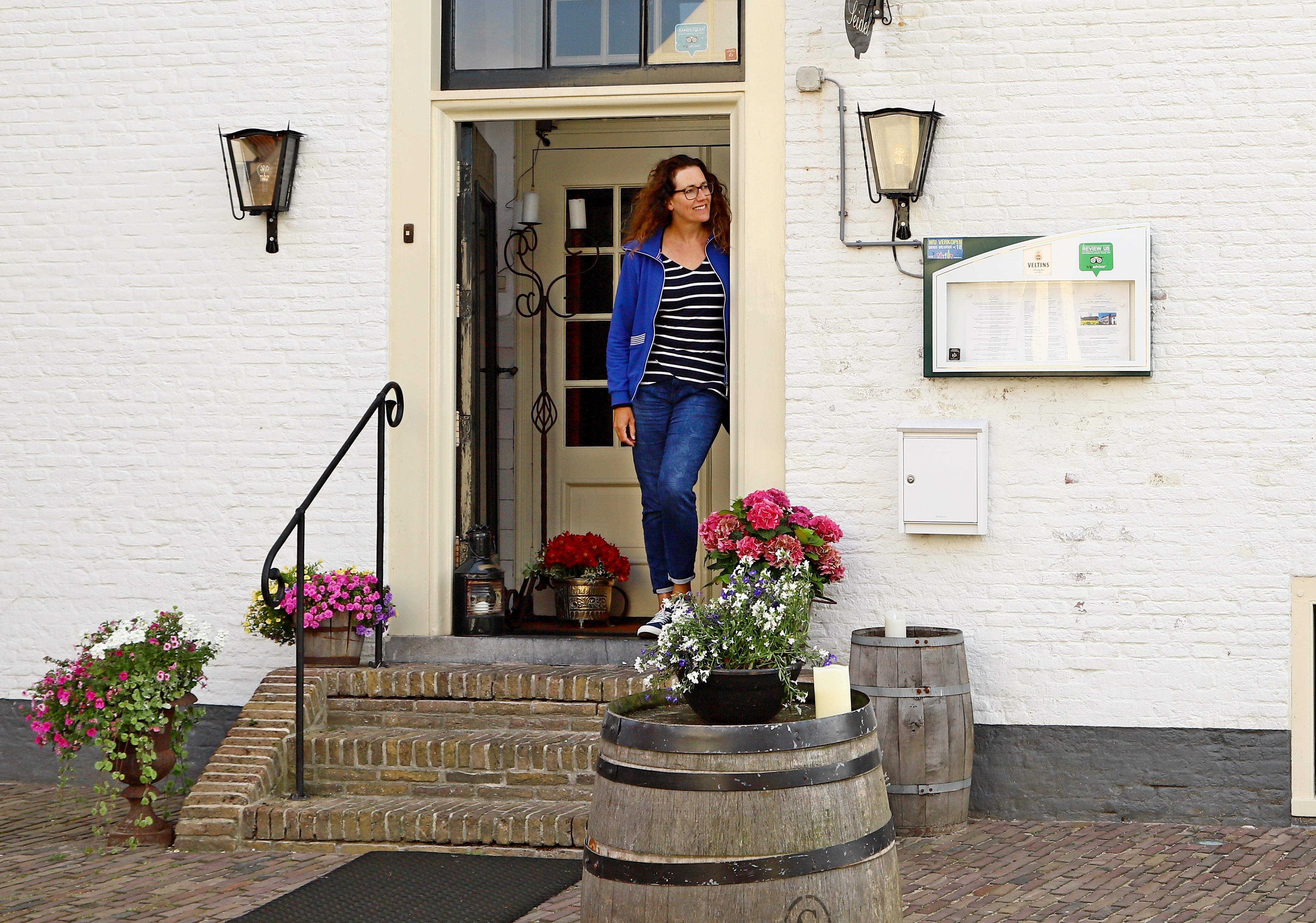 Sybylle in de deur van herberg Seidel in Vollenhove.