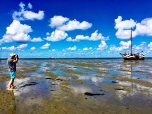 Tjalk Larus drooggevallen op de bodem van de Waddenzee. Foto Sybylle Kroon