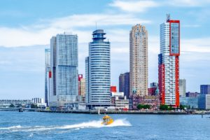 Tenderbootje in Rotterdam met Hotel New York tussen de wolkenkrabbers op de achtergrond. Foto Pixabay