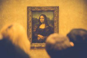 De echte Mona Lisa in het Louvre in Parijs. In Vledder hangt een slechte kopie. Foto Pixabay.