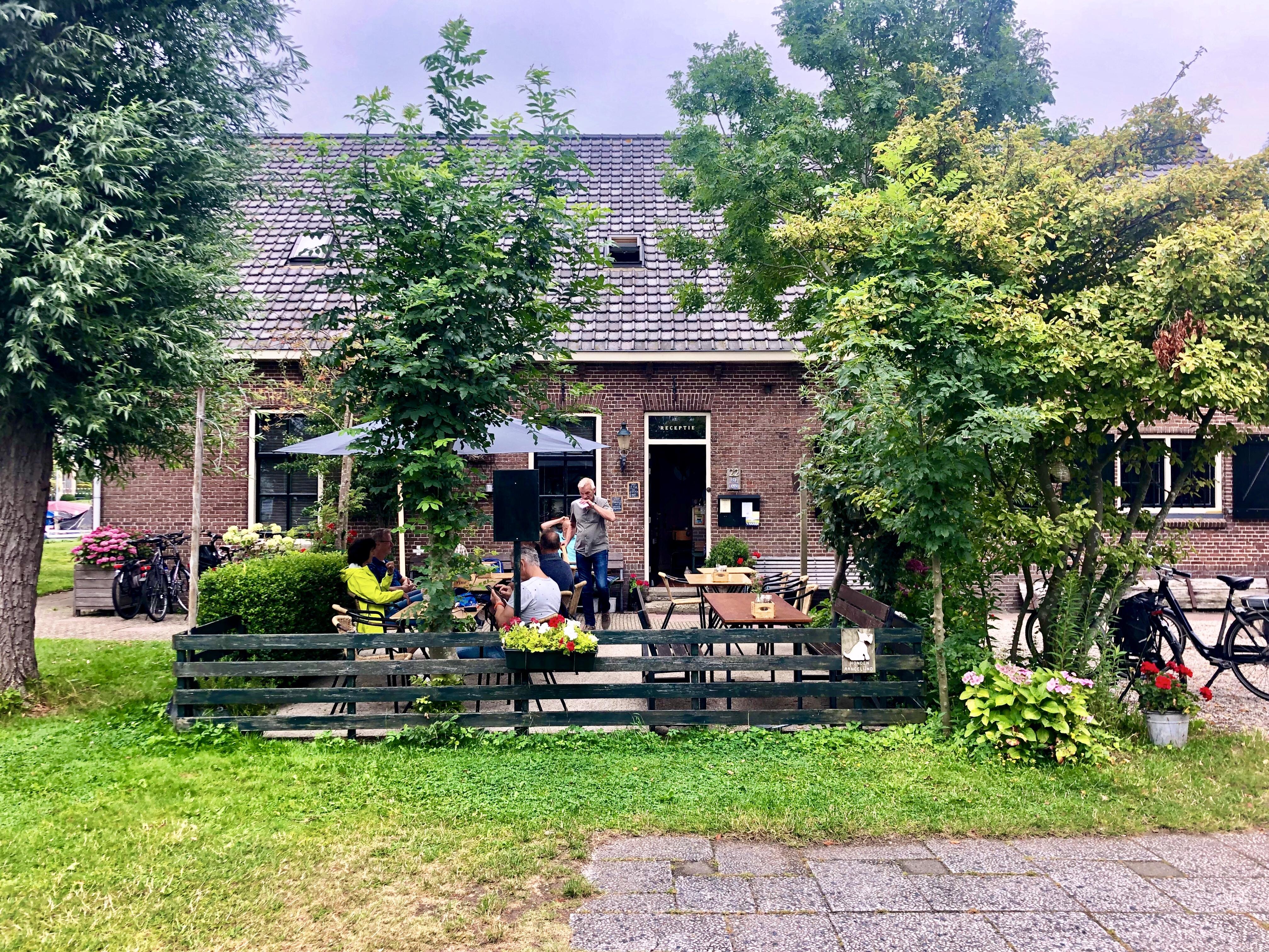 Terras 't Haasje bij Warmond. Foto Sybylle Kroon