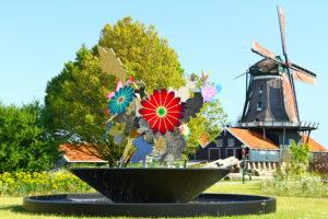 11 Fonteinen in Friesland. Dit is de fontein 'Onsterfelijke bloemen' in IJlst. Foto Sybylle Kroon